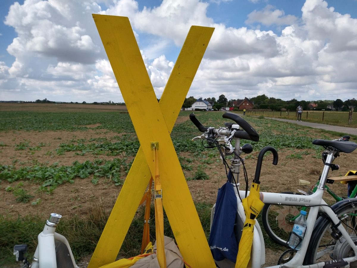 Ein gelbes X zwischen Lützerath und Keyenberg